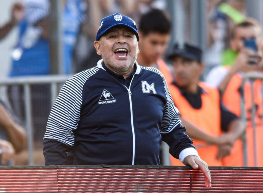 Maradona hər kəsin gözü önündə naməlum maddə qəbul etdi -