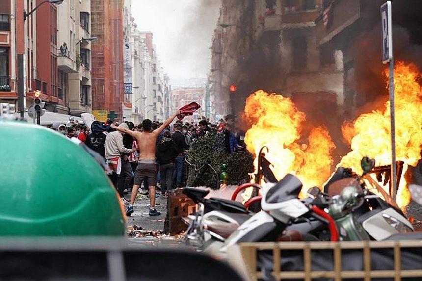 Azarkeşlər şəhəri yandırdı -