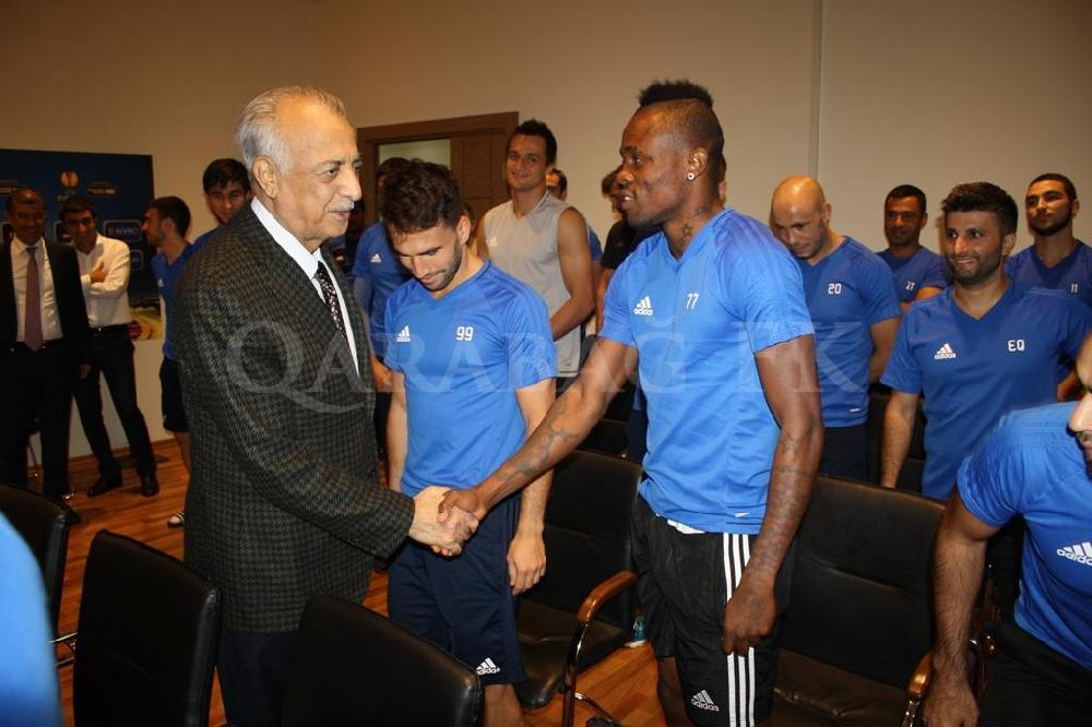 """""""Qarabağ""""ın prezidenti futbolçularla görüşdü - <font color=#ff0000>FOTOLAR</font></strong>"""